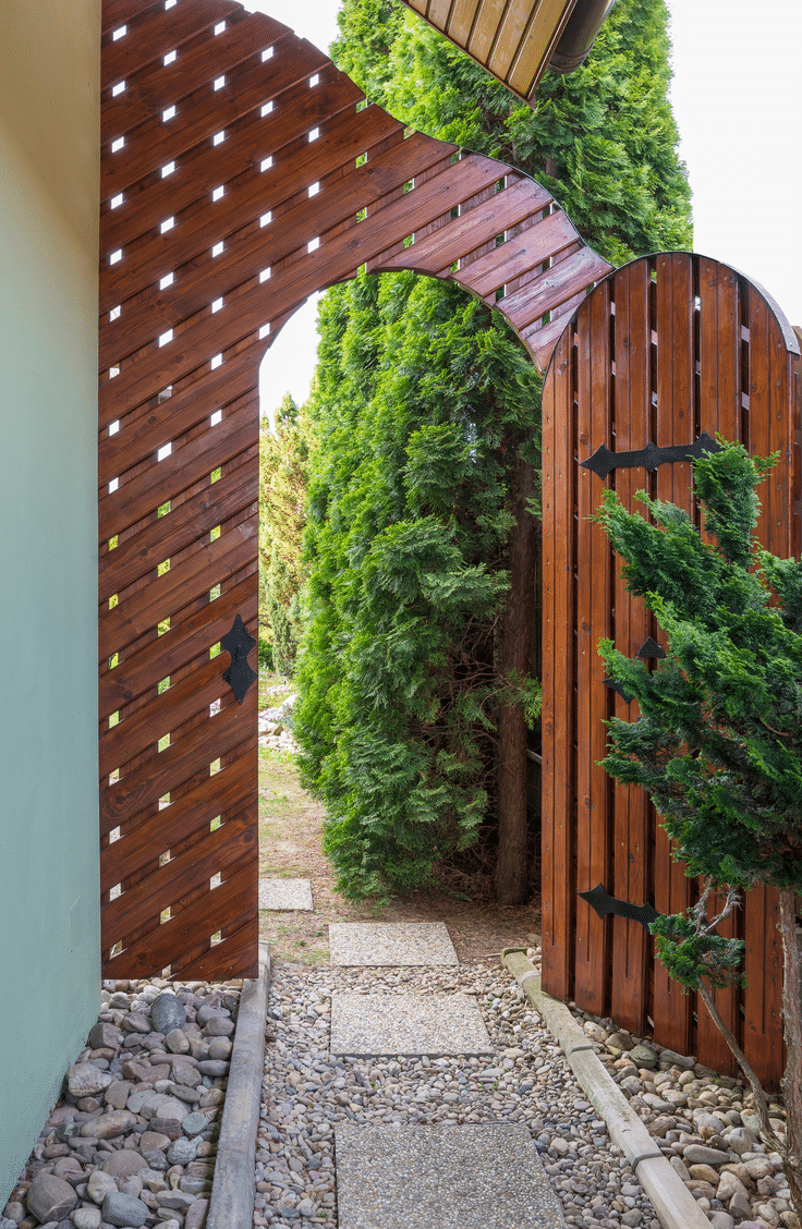 Having a cute fence and gate are a great way to make your entrance to your yard special. Here are 10 inviting backyard ideas for all types of gatherings.