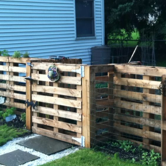 How To Make A Pallet Fence, DIY fencing, fencing ideas, garden fence, DIY projects, popular pin, outdoor living, privacy hacks.