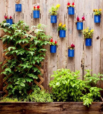 DIY Garden Decor, Gardening Projects, Yard and Landscaping DIYs, Decorate Your Fence, How to Decorate Your Fence, DIY Yard Projects, Popular Pin. #outdoordiy #yardandlandscape #gardening #gardeningdiy #garden