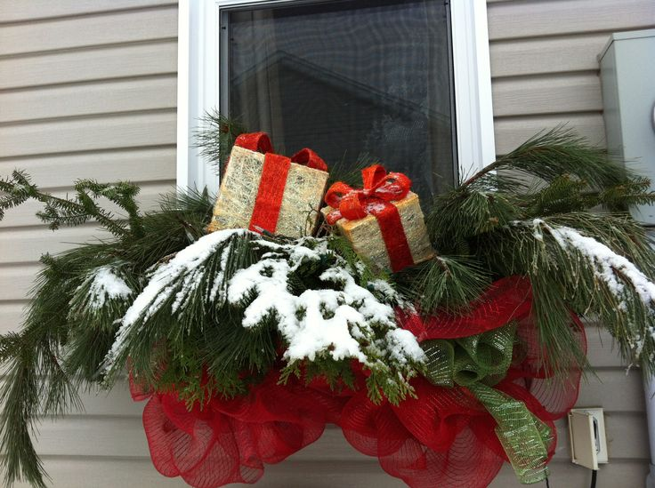 20-easy-holiday-window-box-ideas13