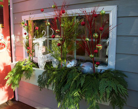 20-easy-holiday-window-box-ideas17