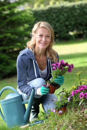 Are you looking for a way to make gardening easier? Try out these awesome gardening hacks. They will change your life.