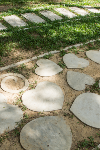 DIY stepping stones for kids are a great project to keep the kids busy and engaged. And if the weather where you are is nice right now, it's also a fun project for outside! Let the kids help make some DIY stepping stones for your garden this year. Check them out!