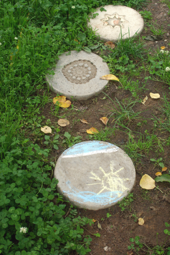 DIY stepping stones for kids are a great project to keep the kids busy and engaged. And if the weather where you are is nice right now, it's also a fun project for outside! Let the kids help make some DIY stepping stones for your garden this year. Take a look!